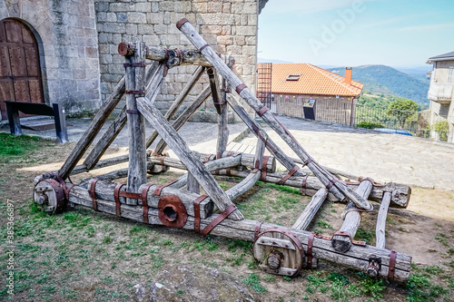 Photo wooden and metal catapult with wheels