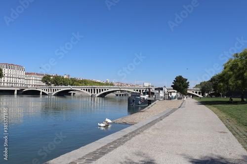 Le quai Victor Augagneur le long du fleuve Rhône à Lyon, rive aménagée en zone p Fototapeta