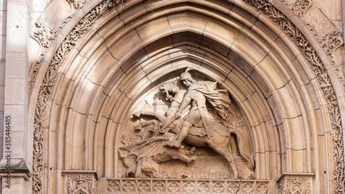 Fototapeta Sculpture d'un cavalier sous l'arche d'une église.
