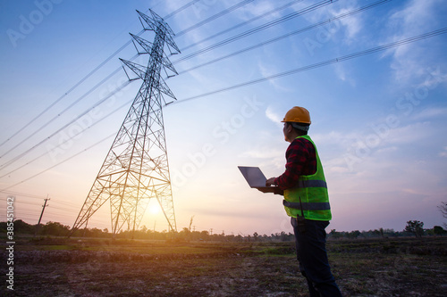 Fotografia electrical engineer standing and watching at the electric power station to view