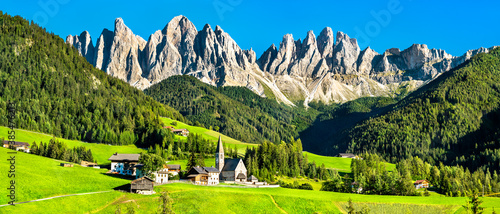 Obraz View of Val di Funes with the Chruch of Santa Maddalena in the Dolomites Mountains. UNESCO world heritage in South Tyrol, Italy - fototapety do salonu