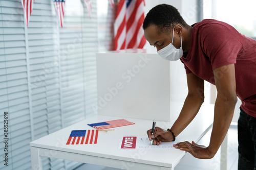 Obraz Man voting in face mask - fototapety do salonu