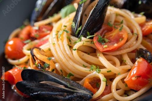 Canvastavla Deliziosi spaghetti con cozze e pomodorini, Cibo Italiano