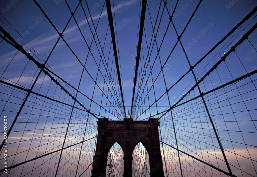 Fototapeta The Brooklyn bridge over the east river in New York City.