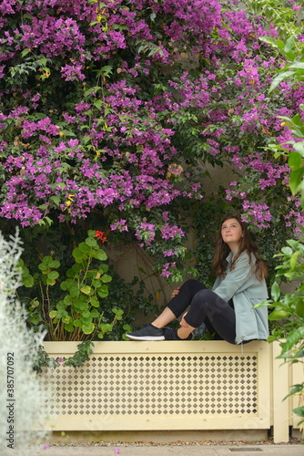 Photographie Young girl portrait and bougainvillea flowers