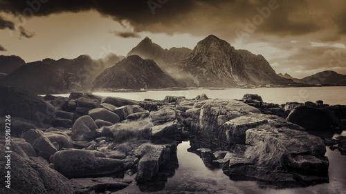 Dramatyczny zachód słońca na Lofotach, czarno białe zdjęcie