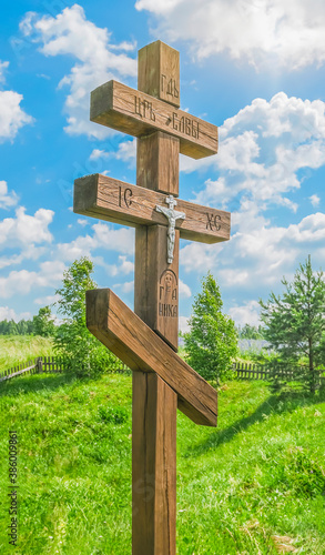 Photo A large wooden Orthodox cross in a picturesque sacred place
