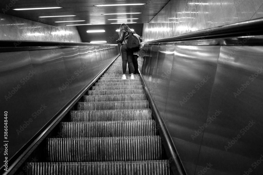 Fototapeta Giovani ragazzi sulla scala mobile della metropolitana