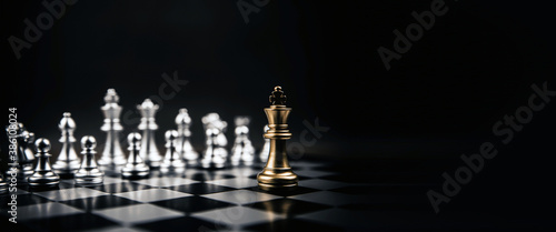 Foto King golden chess standing confront of the silver chess team to challenge concep
