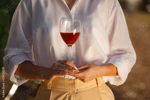 Photo Vintner woman tasting red wine from a glass in a vineyard
