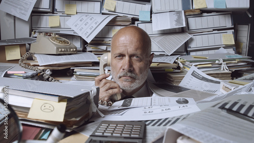 Papel de parede Stressed businessman under a lot of paperwork
