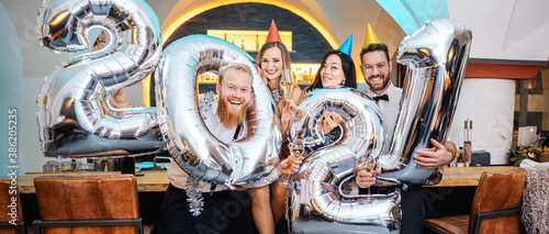 Foto Group of party people celebrating the arrival of 2021