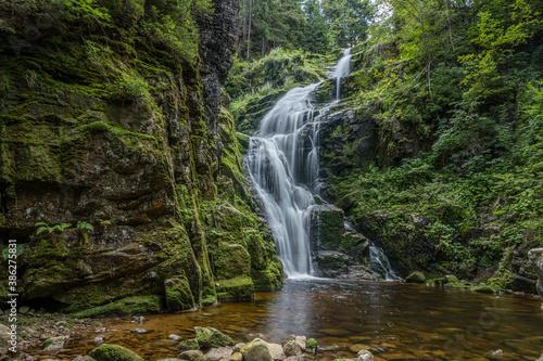 Obraz piękny górski wodospad, siła i piękno natury woda kamienie i zieleń - fototapety do salonu