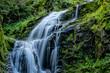 piękny górski wodospad, siła i piękno natury woda kamienie i zieleń