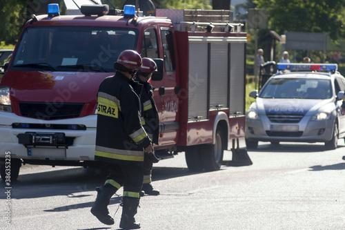 Fotografía straż i policja zabezpieczają zdażenie drogowe
