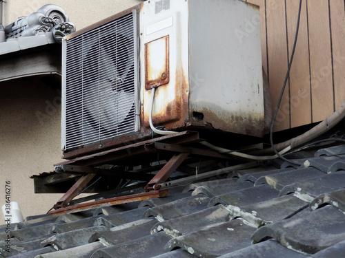 Fototapeta 屋根上の腐食したエアコン室外機