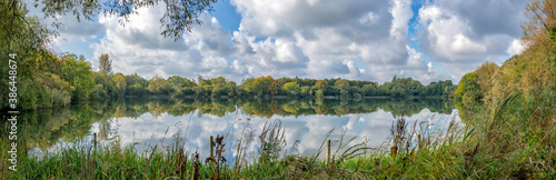 Fotografiet Lake at Neigh Bridge Country Park, The Cotswolds, Gloucestershire, England, Unit