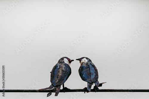 Obraz na plátne Sculpture décorative pour la maison avec un couple d'oiseaux sur une branche