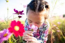 花畑で花の香りを嗅ぐ...