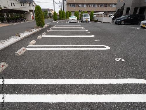 Photo 東京近郊の住宅街にあるアパートの駐車場。2020年9月、埼玉県越谷市にて撮影。