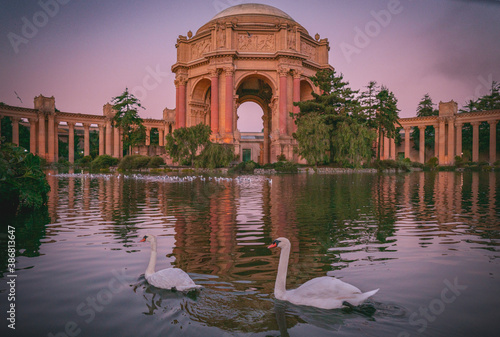 Fotomural The Palace of Fine Arts in the Marina District of San Francisco, California is a monumental structure originally constructed for the 1915 Panama-Pacific Exposition in order to exhibit works of art
