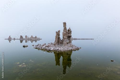 Fotografía Tufa reflections in still Mono Lake