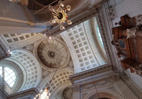 Chiesa cattolica italia particolare volta cupole archi lampadari interno Fotobehang