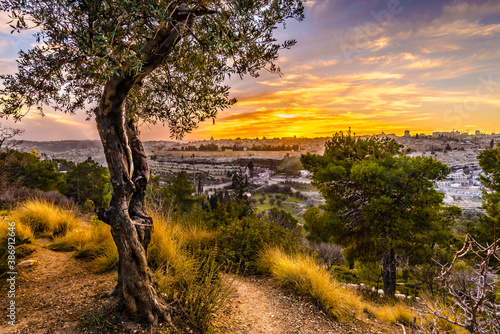 Foto Beautiful sunset view of Jerusalem's Old City landmarks: Temple Mount with Dome
