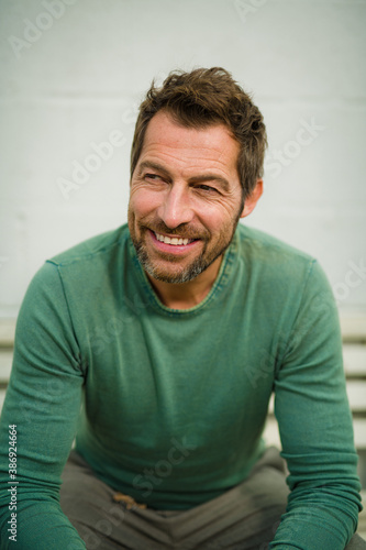 Photo sympathischer Mann im mittleren Alter mit Positiver Ausstrahlung