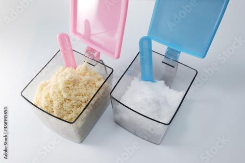 Tela プラスチック容器に入った砂糖と塩