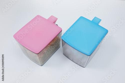 Fotografia プラスチック容器に入った砂糖と塩