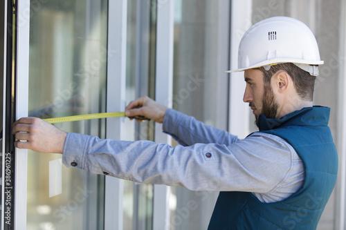 builder measuring window prior to installation Fototapet