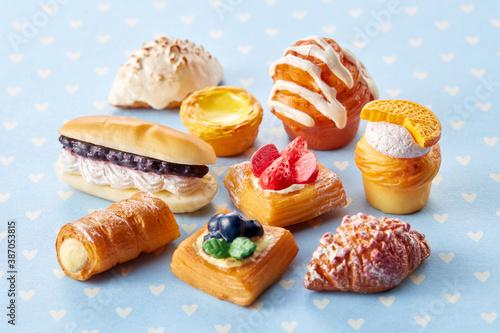 Fototapeta 精巧に作られているミニチュア食品---パン・ベーカリー