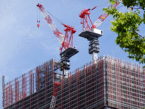 Obraz ビル建築のクレーン - fototapety do salonu