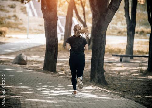 Cuadros en Lienzo Girl makes a run to the summer Park