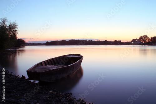 Photo Una vieja barca de remos amarrada al atardecer en el delta del Danubio, Rumanía