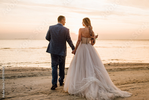 Leinwand Poster bride and groom on beach