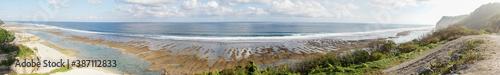 Fotografía Melasti Beach on Bali Island in Indonesia with beautiful turquoise colored ocean water