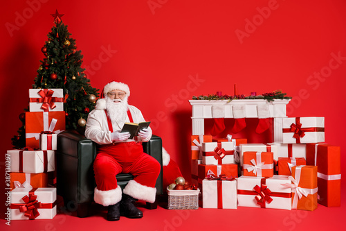Portrait of his he attractive fat overweight cheerful Santa father sitting in ar Fototapet