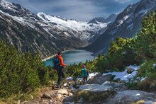 Panoramatic View Of Hikers Des...