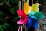 Petit moulin à vent aux couleurs de l'arc-en-ciel - Jouet en plastique pour enfant