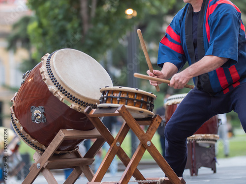 Man Playing Drums of Japanese Musical Tradition during a Public Outdoor Event Fototapete
