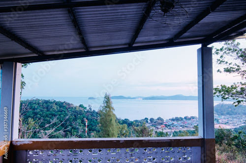 Fotomural Beautiful view from a hilltop capturing coastal town and it's calming bay