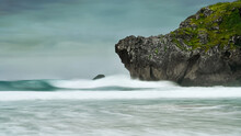 Olas De Mar Chocando Contra La...