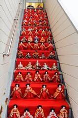 外階段に飾られたひな人形