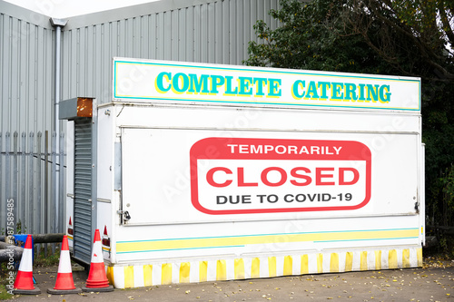 Foto Catering cafe in caravan closed sign due to Coronavirus Covid 19