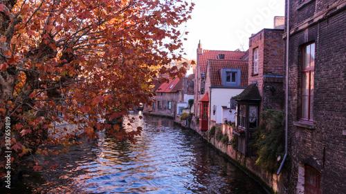 Vista de las casas junto a un canal en un día de otono. Brujas, Belgica
