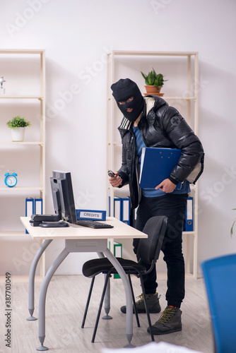 Fototapety, obrazy: Young male burglar in the office