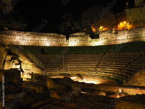 Carta da parati Teatro Romano de Trieste by night