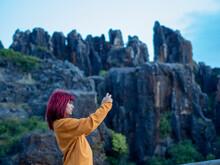 Mujer Joven Pelirroja Haciendo Fotos En El Cerro Del Hierro, Sevilla, Andalucia, España